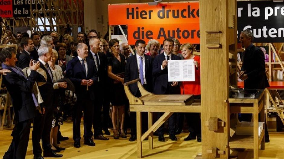 Angela Merkel y Emmanuel Macron en la apertura de la feria.