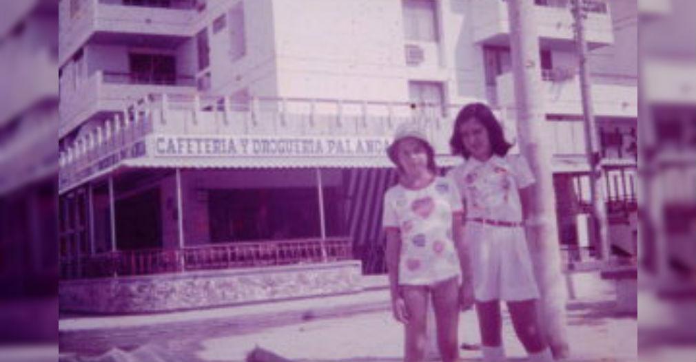 Clara, en las playas de El Rodadero, junto con una amiga de la infancia.