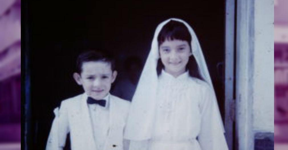 Durante su primera comunión, con su hermano menor.