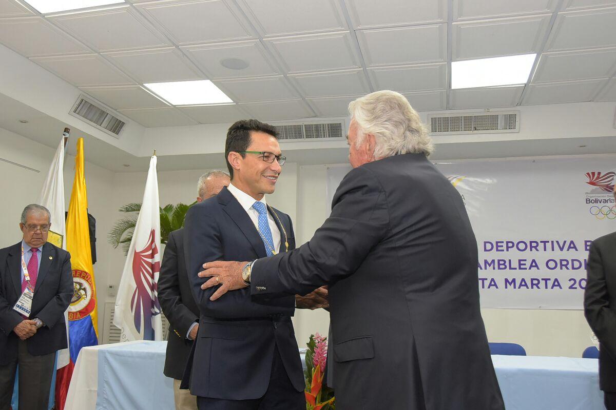 Momento en que Danilo Carrera, presidente de la Odebo, entrega la condecoración al exalcalde.