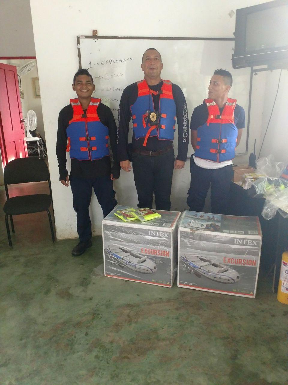 Botes inflables como estos han recibido los organismos de socorro en varios municipios.