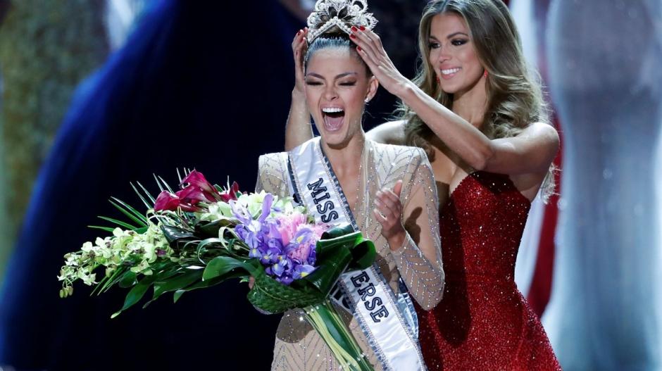 Momento en que coronan Miss Universo a la señorita Suráfrica.
