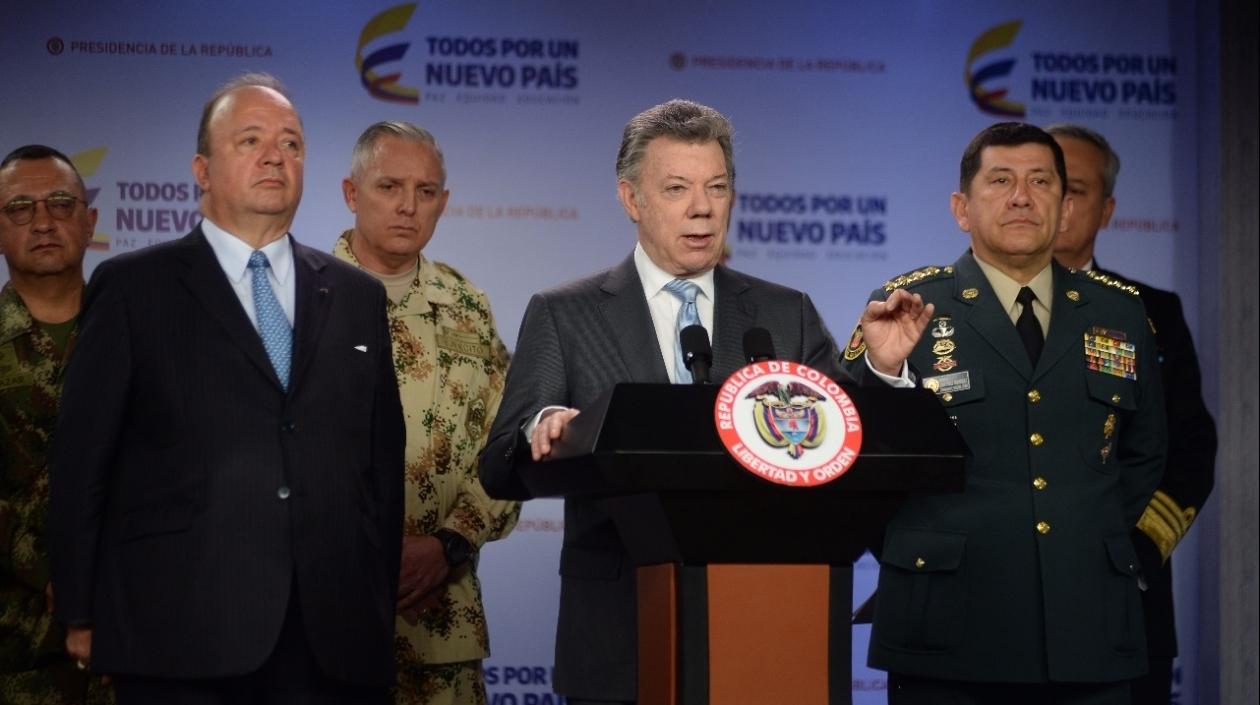 Santos nombra al General Alberto José Mejía comandante de las Fuerzas Militares