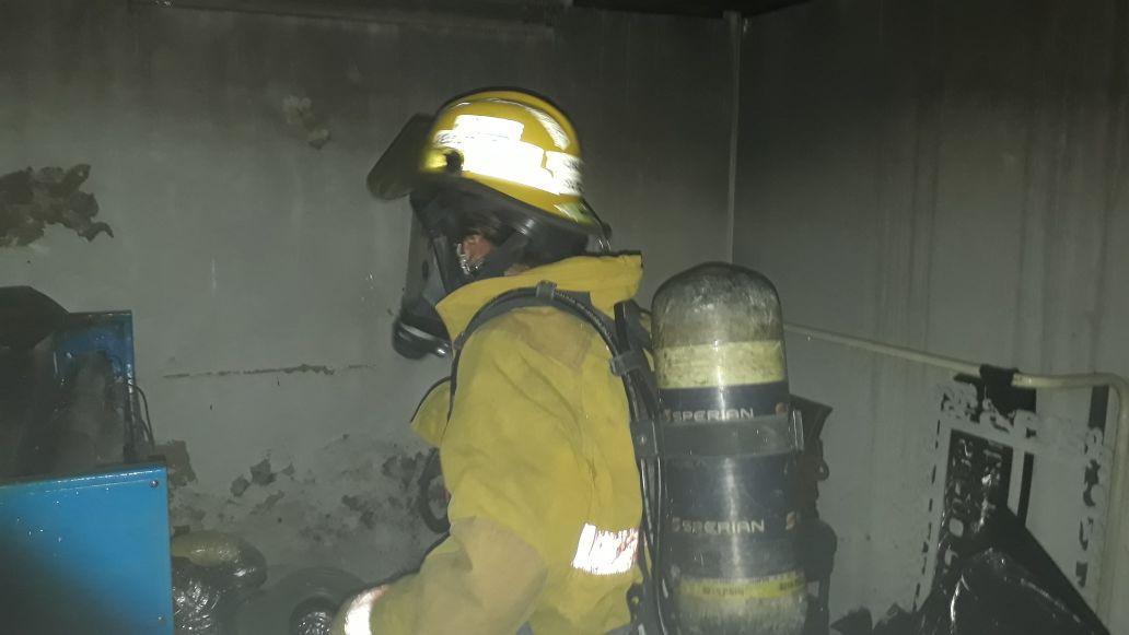 Bomberos de Santa Marta, durante el control del incendio.