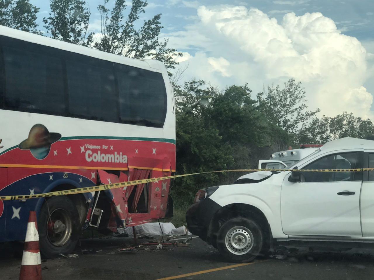 La camioneta impacto por detrás el bus y arroyó a la pasajera.