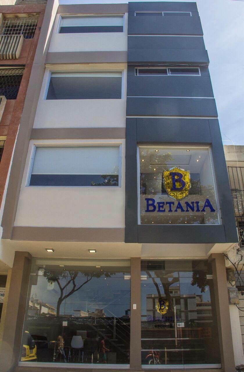 Así luce por fuera el hotel Betania, sutil, cómodo y elegante.