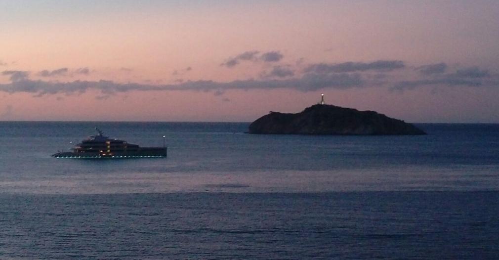 Gracias al convenio internacional que tiene la Marina, Santa Marta recibe lujosos megayates, como el Savanah, que estuvo hace poco en la ciudad.