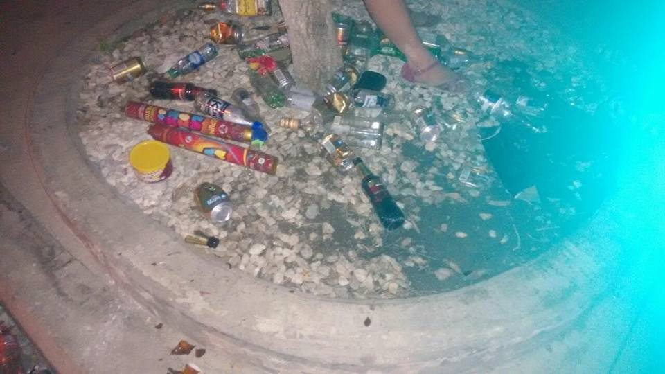 Así quedó el parque El Cundí después de los desmanes: lleno de botellas de licor vacías.