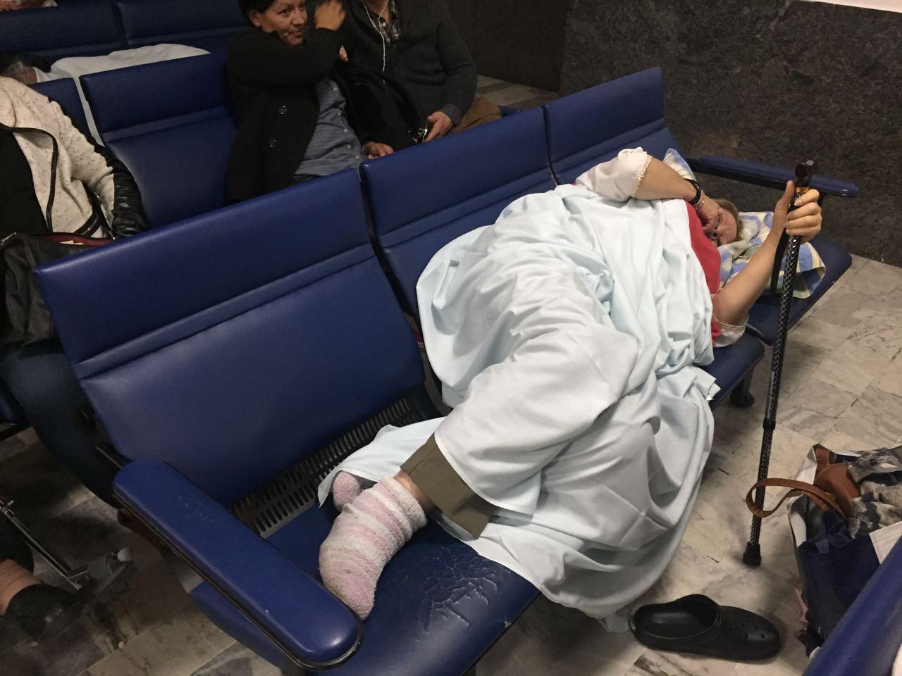 La señora de 59 años duró 48 horas en las sillas de la sala de espera por falta de camilla en la Clínica.