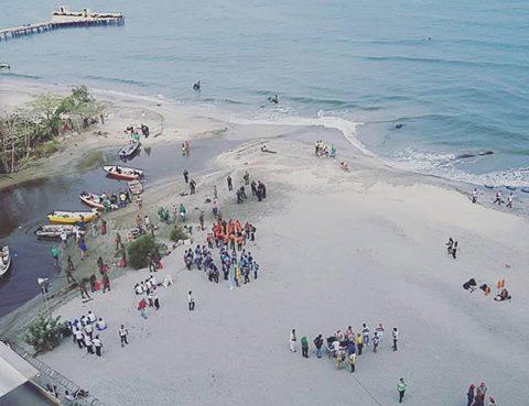Vista aérea del grupo de personas que se fue congregando en la jornada de limpieza.