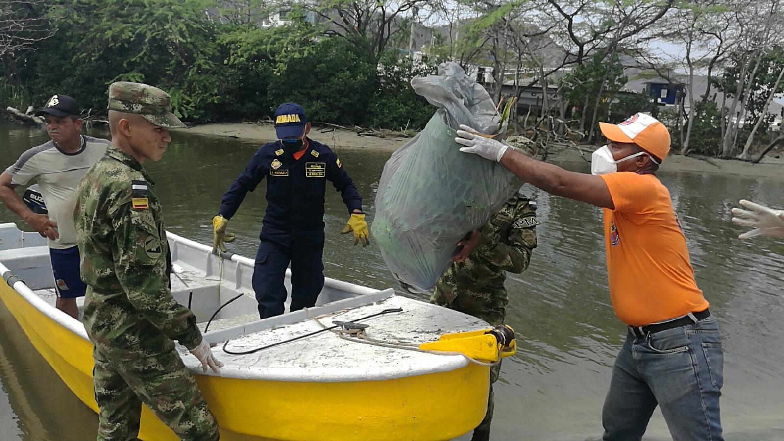Con ayuda de lanchas, sacaron varias toneladas de basuras del río.