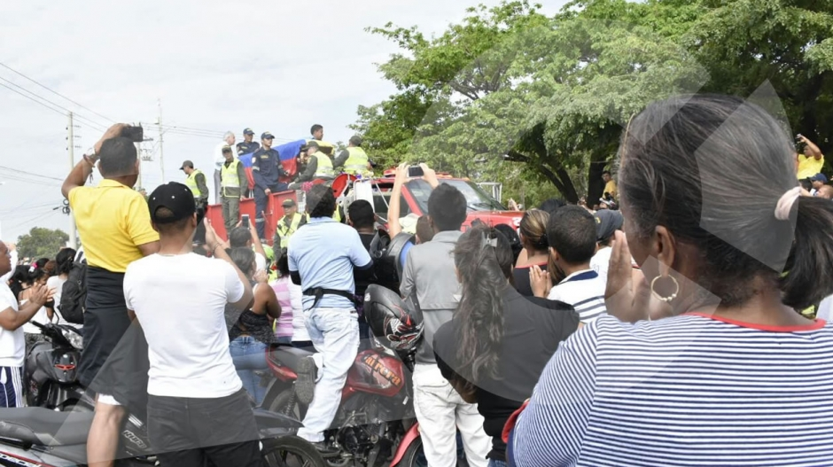 Cientos de personas recibieron el cuerpo de Martín Elías, que llegó sobre el camión de los Bomberos.