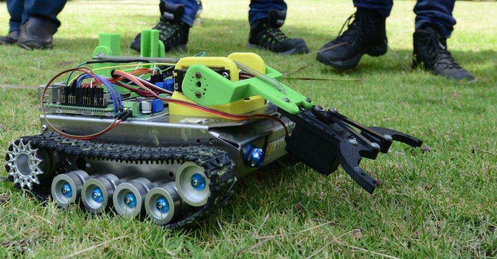 El robot que producieron los estudiantes realizó varios maniobras como pasar túneles, subir ramplas y evadir obstáculos durante la presentación en la ciudad de Bogotá.
