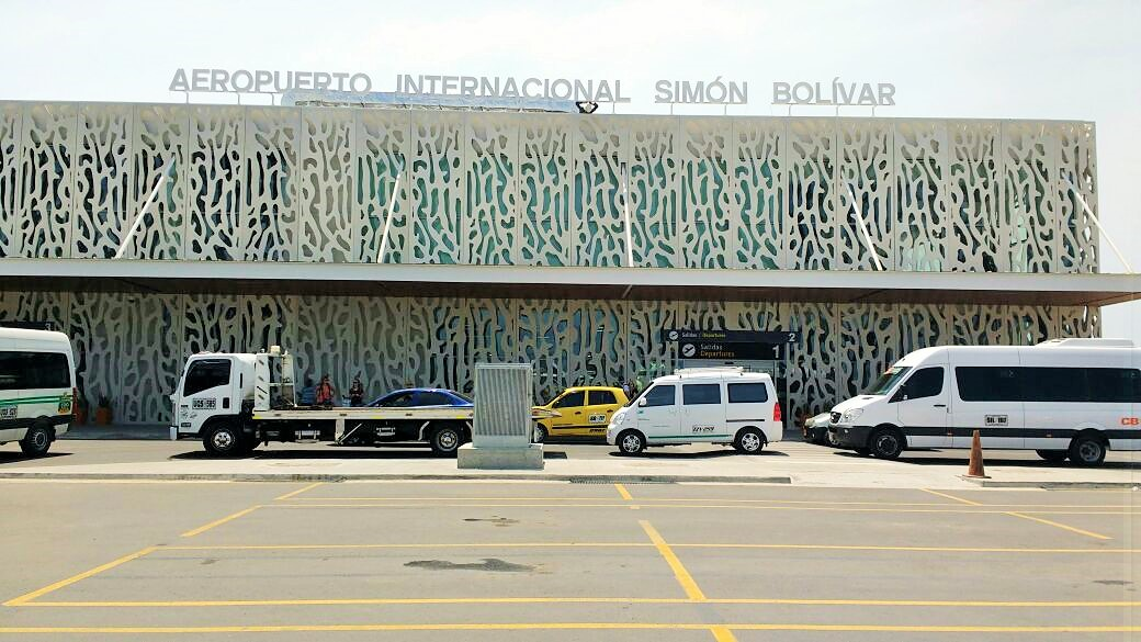 La fachada de la nueva terminal del aeropuerto, con el letrero de internacional.