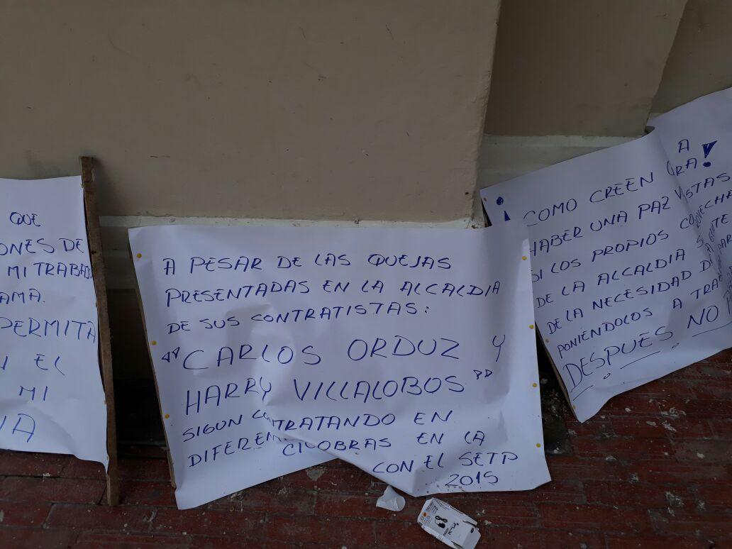Pancartas denunciando a los contratistas