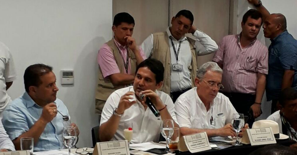 Honorio Henríquez, junto al senador Álvaro Uribe.