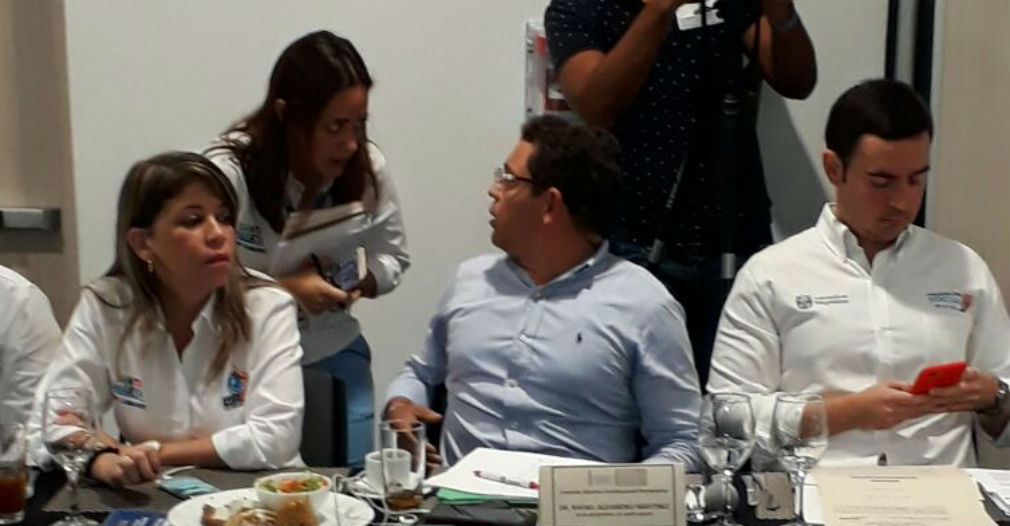 Rafael Martínez hablando con asesores antes de su intervención.