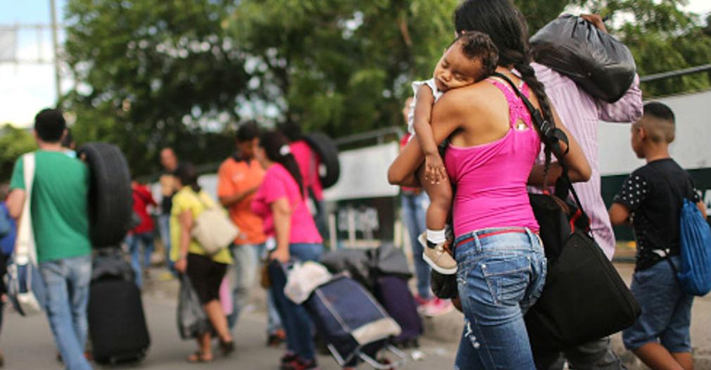 Hombre graba éxodo de venezolanos hacia Colombia y los tilda de cobardes
