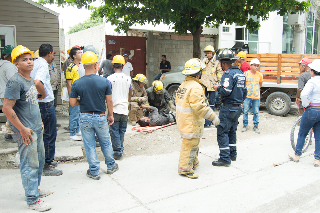 Por fortuna para el obrero, quien presta servicios voluntarios en los Bomberos, una unidad de socorro pasaba cerca del lugar y le ayudó.