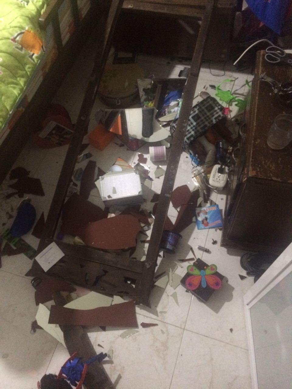 El Bombero destruyó varios objetos de la casa.