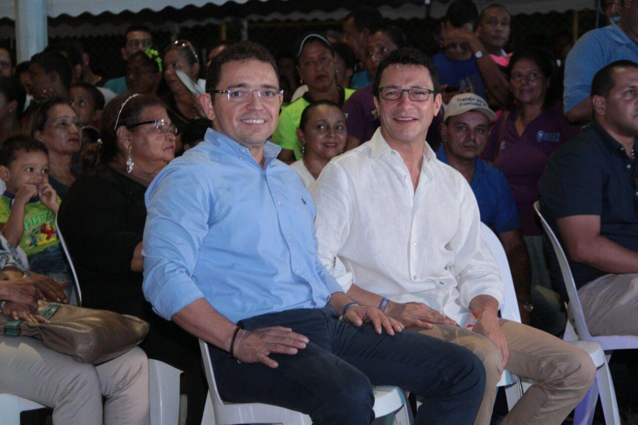 El exalcalde Caicedo acompañó a Martínez durante la inauguración del sendero peatonal.