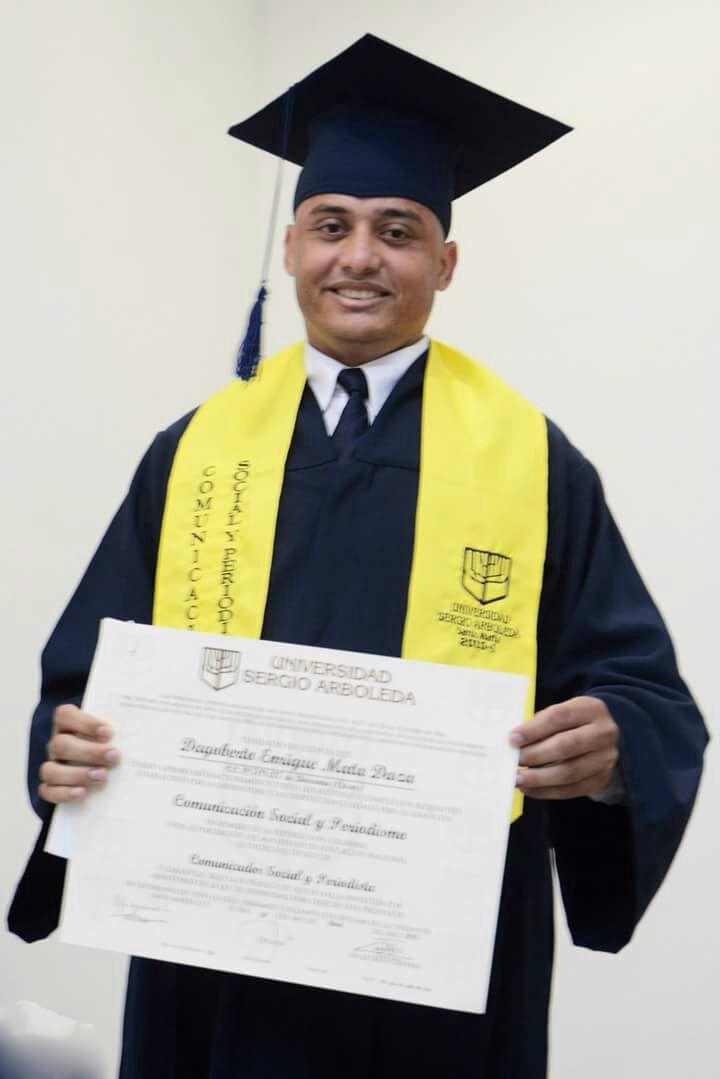 Recibió su grado con honores de Comunicador Social y Periodista.