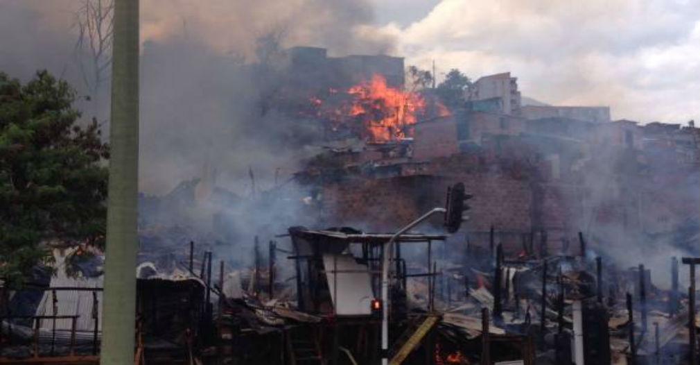 Grave incendio en Medellín fue controlado luego de tres horas