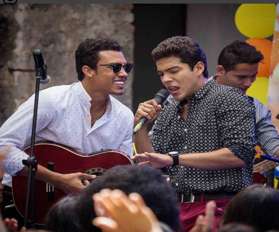 Juancho en una de las escenas al lado de Jerónimo Cantillo, Kaleth Morales en la serie.