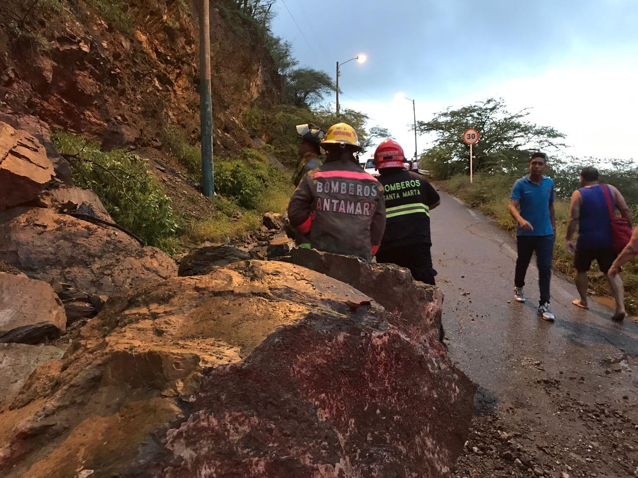 Se presentaron deslizamientos en la vía que conduce a Taganga.
