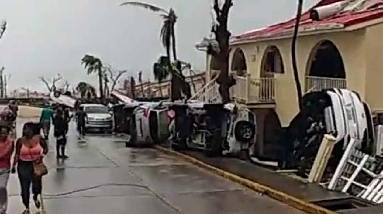 Los vehículos han sido arrastrados por los fuertes vientos.