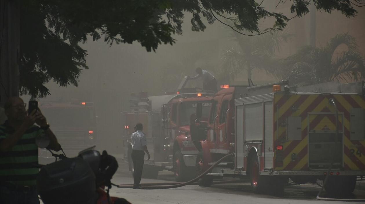 Cinco máquinas del Cuerpo de Bomberos de Barranquilla atienden la emergencia.