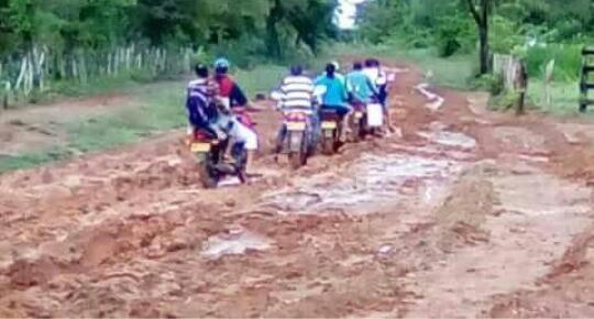 Esta vía hacia el corregimiento de Urquijo, en Guamal, es un claro ejemplo del deplorable estado de las vías.