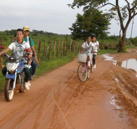 Las vías de Guamal están convertidas en un lodazal que afecta a estudiantes y viajeros que van hacia jurisdicción de Mompox.
