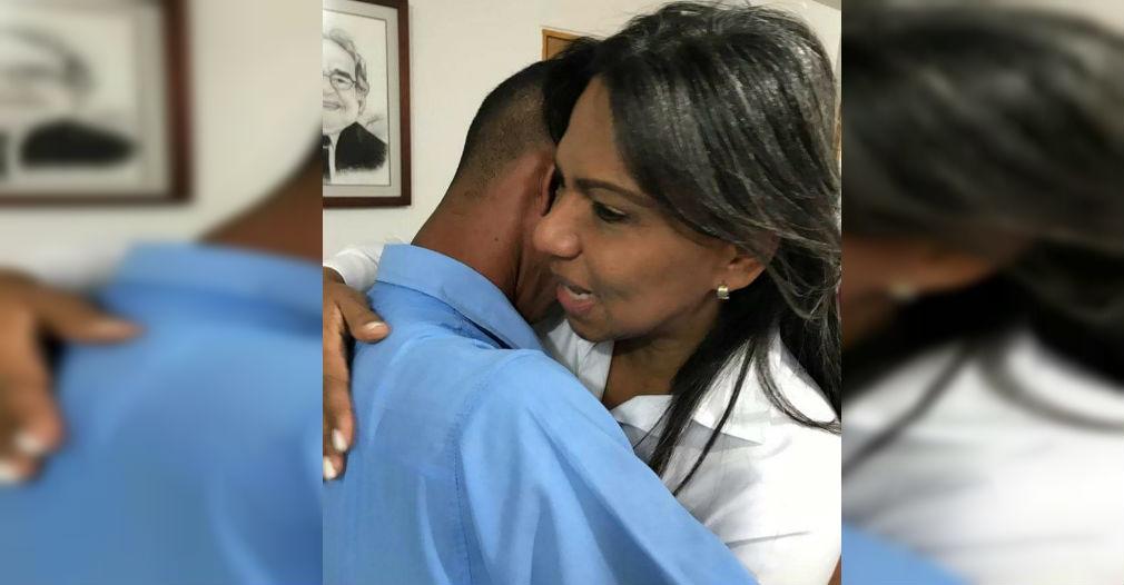 Este es el momento en que Nidia Romero y Jhonatan Fernández se abrazan al final de la reunión.