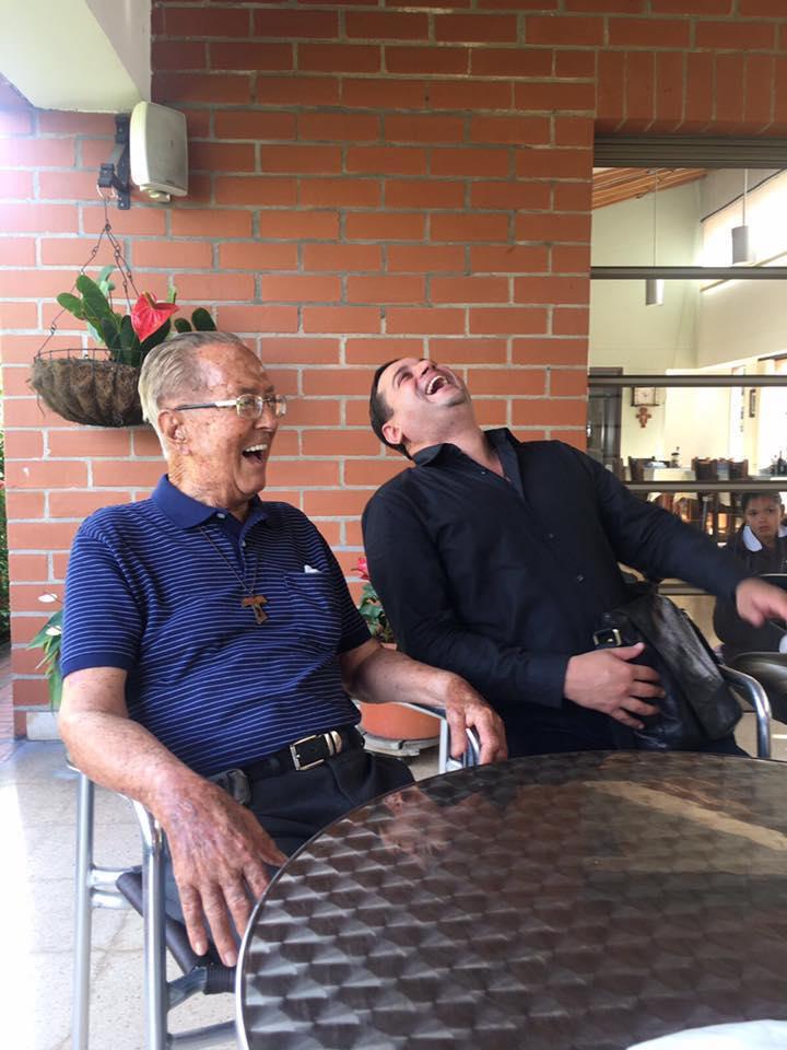 El hermano Gustavo Trujillo disfruta al recibir visitas de exalumnos y rememorar las épocas en que fue rector del San Luis Beltrán.