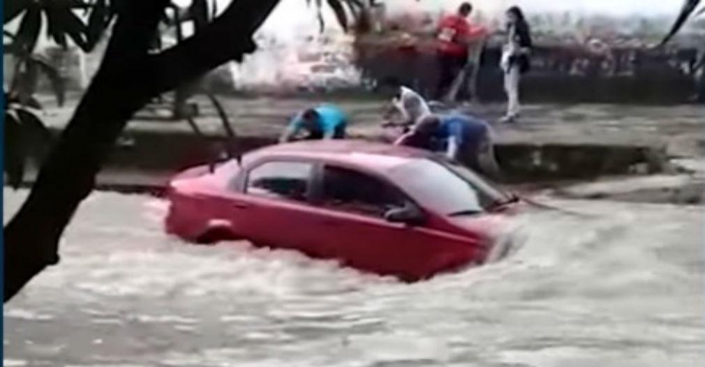 #Vídeo: Rescatan de arroyo vehículo con dos adultos mayores en Barranquilla