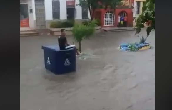 El 30 de agosto, la imagen de un joven sobre un contenedor de basura en medio del agua se volvió viral.