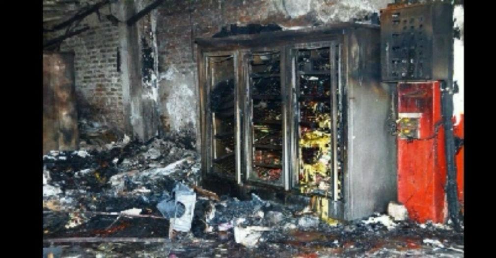 Interior de uno de los locales incendiados.