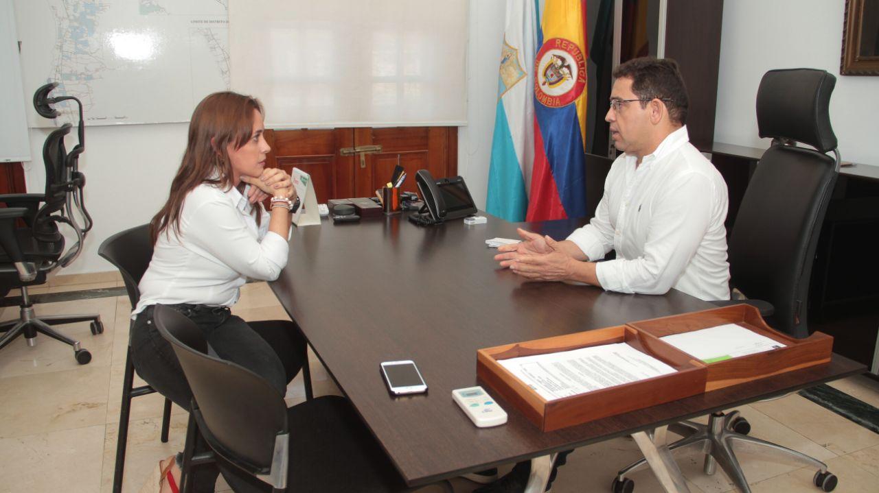 Rafael Martínez y Jimena Abril reunidos en el despacho de la alcaldía.