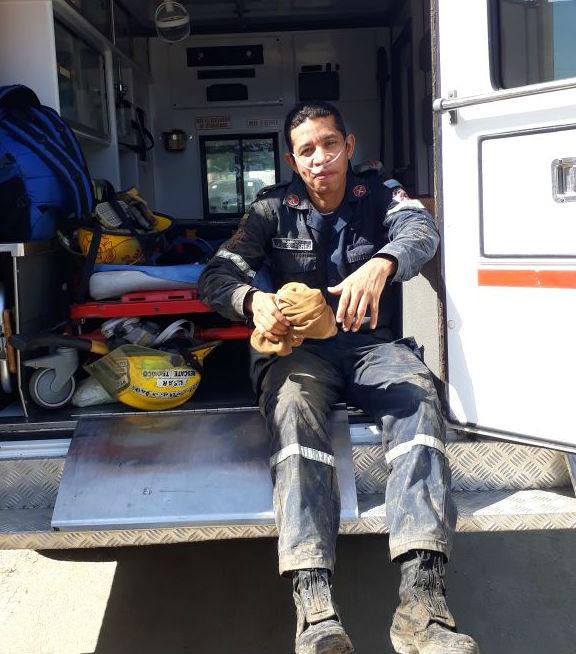 Uno de los bomberos cuando era atendido.