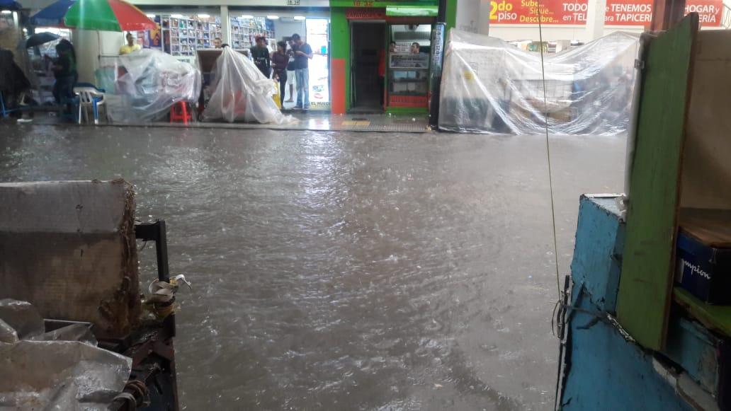 Las lluvias hicieron desaparecer los andenes de la carrera 5 o Avenida Campo Serrano.
