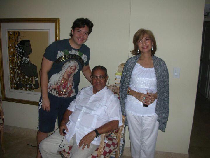 Luis Alfonso Borrego en compañía de sus padres.