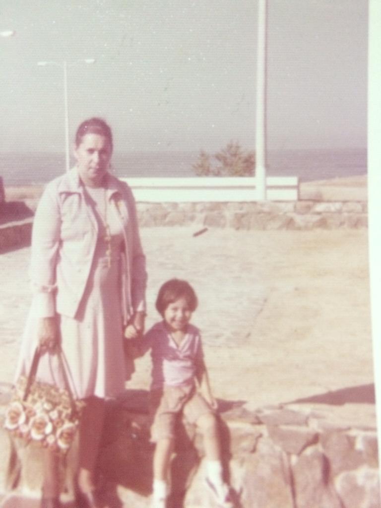 Con su abuela Olga Abello en el aeropuerto Simón Bolívar