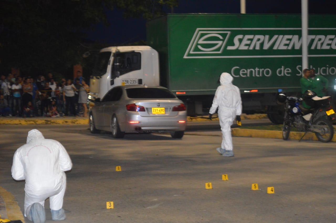 Autoridades hacen presencia en el lugar donde ocurrió el asesinato.