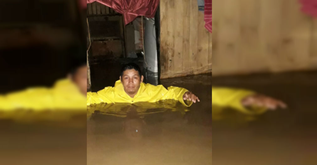 Esta foto lo dice todo: personas quedaron con el agua al cuello en su propia casa por los desbordamientos.