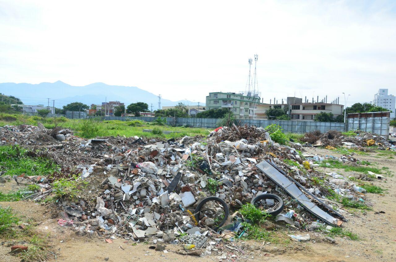 El predio tiene varias acumulaciones de escombros.