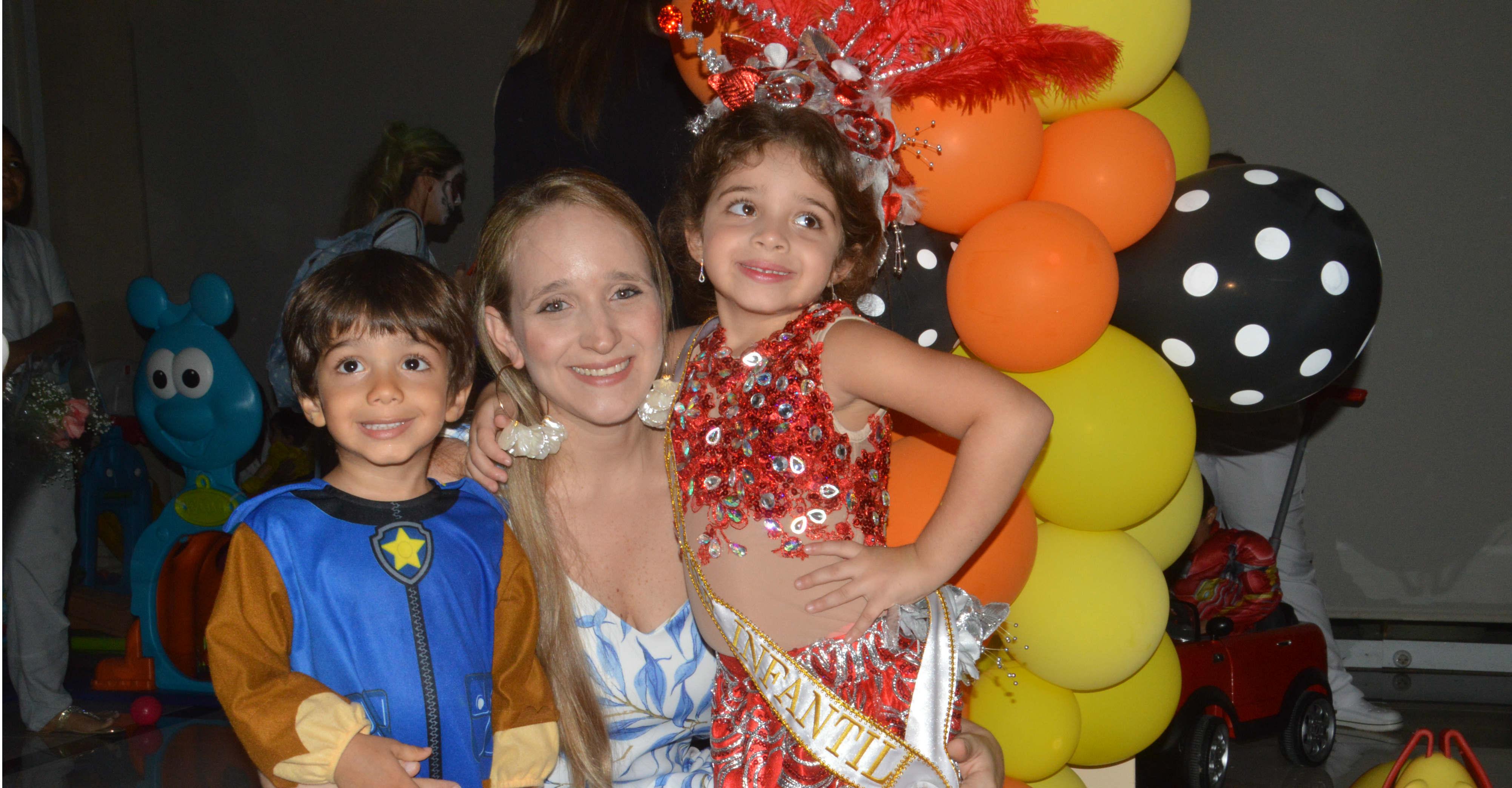 Tatiana Saghair, capitana Pre Infantil en compañía de su mamá Tana George y su hermano Jamal Saghair