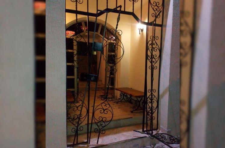 Así quedó la reja y la puerta principal de la vivienda
