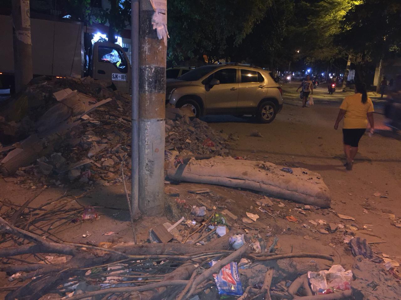Escombros arrojados en El Pando.