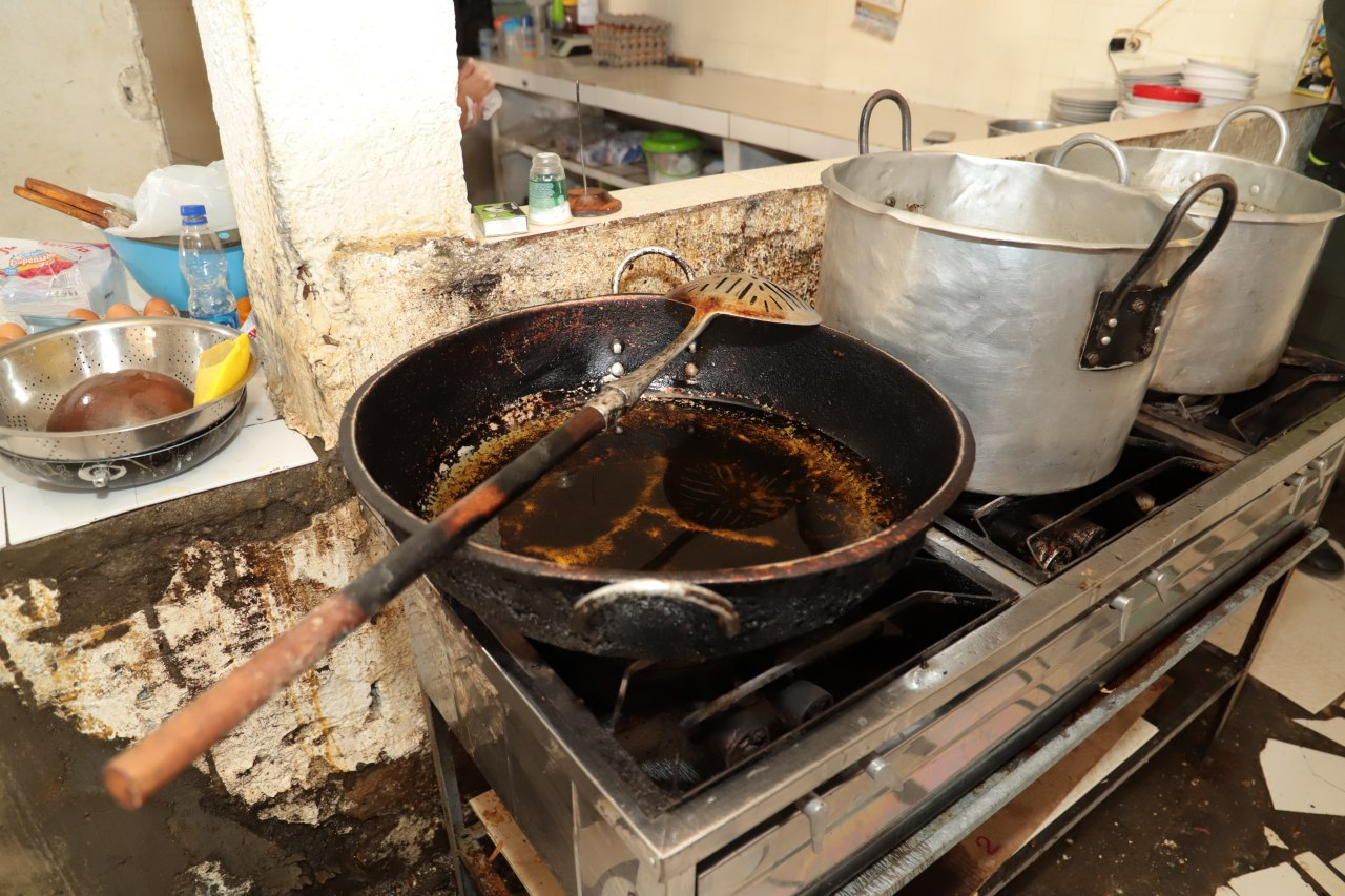 En las cocinas de algunos restaurantes hallaron aceites refritos y recipientes en pésimo estado.